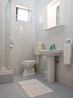 A3 prvi kat do ulice (2+1): bathroom with toilet