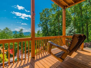Spectacular View of Mt. Yonah; Easy Access, Game Room, Fire Pit, Hot Tub, WiFi, Helen