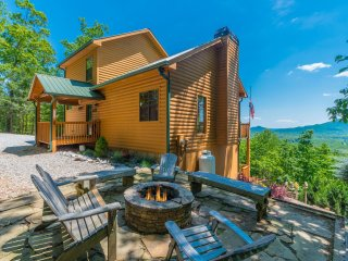 Spectacular View of Mt. Yonah; Easy Access, Game Room, Fire Pit, Hot Tub, WiFi