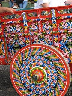 Carreta pintada original de Sarchí, declarada junto con el boyeo, Patrimonio Mundial.