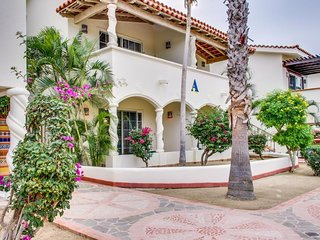 Second floor villa w/ access to a shared pool, hot tub, restaurant, golf & more!