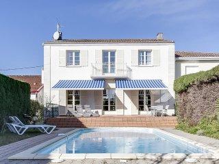 Maison avec piscine dans quartier paisible