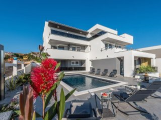 Villa Magnifica  2 luxury apartment with a pool