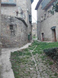 A la izquierda Casa Valentín: 18 plazas. A la derecha, Casa Alifonso: 44 plazas.