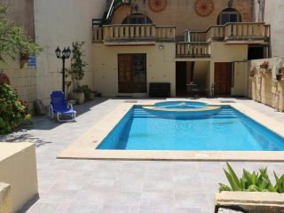 Mystical Flowers B&B Triple room terrace poolside, Gharb