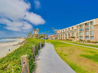 Bree`s Ocean Point Penthouse: Panoramic Ocean and Sunset Views, Steps from