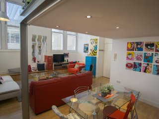 Quirky, Retro & Spacious Loft - walk everywhere!