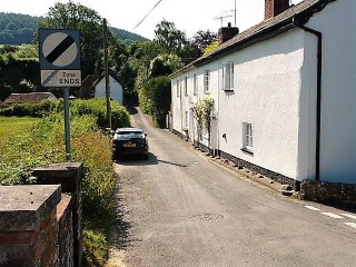 Charming 2 double bedroom listed cottage in fantastic location next to river Sid