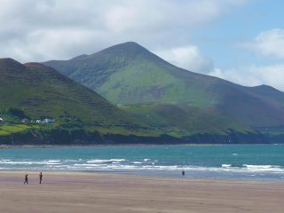 Kerry Wild Atlantic Way - Sea Views - 6BR - Sleeps 14 - 5 minute walk to village