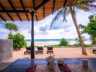 Blue Parrot Beach Villa, Right On The Beach, A/C, frindly staffe and free wi-fi