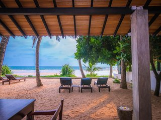 Red Parrot Beach Villa, Right On The Beach, A/C, wi-fi and friendly staffe