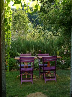 Vue sur le jardin depuis la chambre, en été, plein sud.