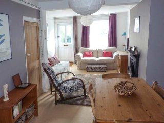 SUNNYSIDE COTTAGE, mid-terrace, central location, patio, in Deal, Ref 923122