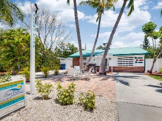Adorable Pet Friendly 2 BR Updated Island Cottage with screened lanai and brand