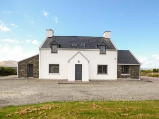 VALENTIA VIEW, woodburner and open fire, private garden, WiFi, detached, Cahersi