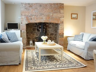 Blue House: Sleeps 5. Homely & Central
