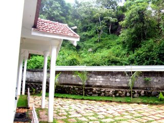 3 bedroom cottage located in the Middle of Plantations