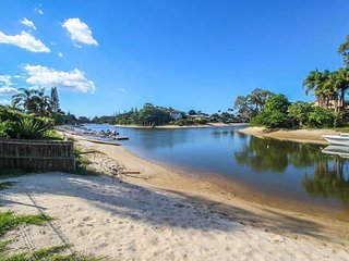 Bermuda Waterfront Family Holiday Home, Broadbeach