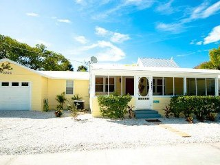 Gulfshore Cottage: 3BR Family-Friendly, Block from Beach, Anna Maria