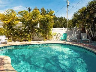 Pineapple Cottage: 2BR Quaint Pet-Friendly Cottage