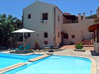 Carlas House, beautiful Cretan villa  with pool near Kalyves