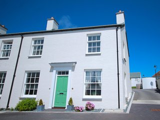 Esa Cottage Pentire, Fistral Nr town and has secure paking for 2 cars sleeps 6