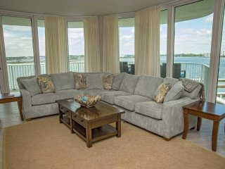 3 BR  w/ MR ~ Bay Front ~ Sleeps 8 ~ Great Amenities ~ Corner Condo