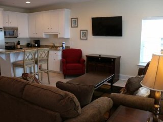 4 BR ~ Great Location ~ Beach Views ~ Pool ~ Sleeps 10 ~ Kiran Townhouse B101