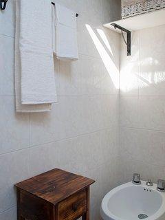 Il Bagno, con lavabo, bidet, WC e doccia.