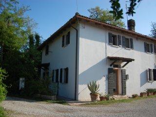 Casa in campagna su 2 piani con giardino, ben collegata con città d'arte e mare.