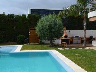 Modern 6 bedroom villa