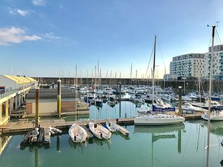 Sea View Brighton Marina Apartment - Free Parking