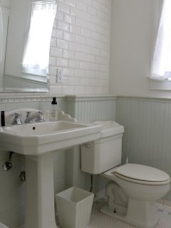 Metro tile and 1920's décor: pedestal sink