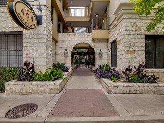 Upscale 2/2 w/ Balcony Center Downtown Austin! 3RG2CA