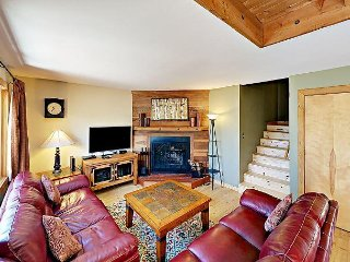 2BR w/ Wooded Deck, BBQ, & Fireplace, Near Lake Dillon, Hiking, & Skiing, Silverthorne