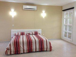 Habitacion con Cama King, AC, TV, WiFi, Bano Privado y Jacuzzi!