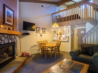 """Badgers Loft""  Yosemite West Loft Condo - Sleeps 6 People!"