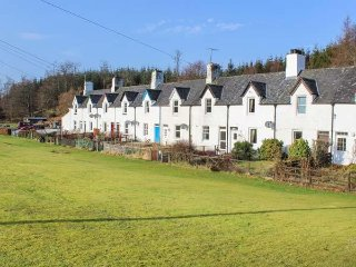 CRINAN CANAL COTTAGE NO.8, mid-terrace, countryside views, pet-friendly, near Ki