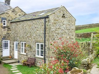 OWL COTTAGE, cosy, romantic, kingsize, patio, near Pateley Bridge, Ref 952048