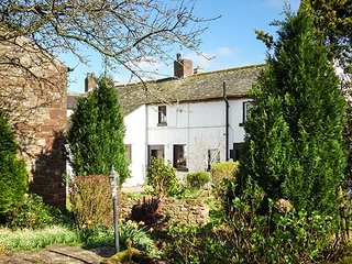 WHITEHALL COTTAGE, upside down accommodation with views over garden, WiFi, Milburn