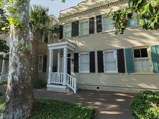 Historic 1870 Townhome Steps to Forsyth Park