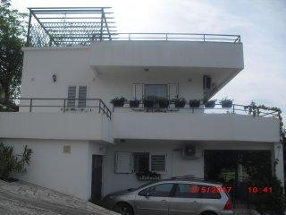 I ett privat hus hyrs ut en  3-a på 71m2 + tillhör 160m2 terrass med havsutsikt