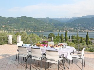 Villa Lia with stunning lake views, private pool, 200m from beach & town