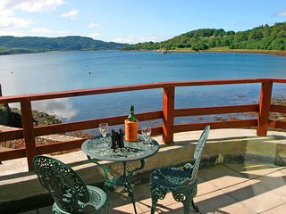 Water side apartment,  with sauna, spa bath, log fire, 2 TV & Free Wifi., Oban