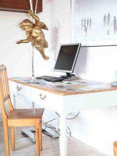 Arbeitplatz mit externem BIldschirm u. Tastatur zum Anstöpseln für Laptops, Internet-Zugang via WLAN