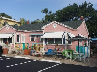 Pink Gulfside Cottage, 100 steps to beach, Pet OK, Restored Beach House