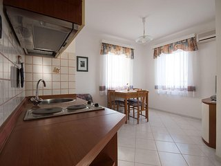 IJ008-2 Cosy apartment with sea view and pool, only 10 m from the sea, Medulin