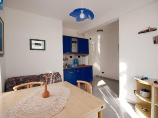 IJ008-4 Cosy apartment with sea view and pool, only 10 m from the sea, Medulin