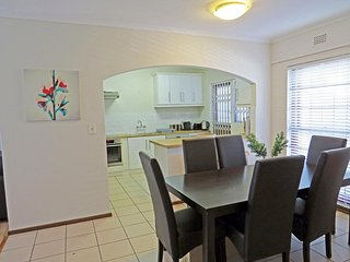 Upmarket Townhouse close to beaches, winelands, restaurants & cinemas
