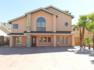 Upstairs duplex with an open floorplan & a shared backyard/great location!, South Padre Island